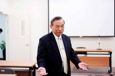 Deputy Minister of Justice Chen Ming-tang yesterday gestures at a meeting in Taipei. Photo: Huang Hsin-po, Taipei Times