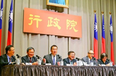 Executive Yuan spokesman Hsu Kuo-yung, third left, yesterday speaks at a news conference at the Executive Yuan in Taipei announcing proposed new regulations for skilled foreign workers. Photo: CNA