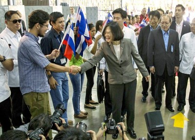 President Tsai Ing-wen shakes hands with a worker during a visit to a free-trade zone in Managua on Tuesday.  Photo: EPA