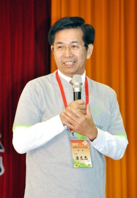 "Minister of Education Pan Wen-chung speaks at a forum in Miaoli County yesterday. Pan said the ministry will handle the issue of universities having signed ""letters of agreement"" with China in accordance with the law. Photo: Peng Chien-lee, Taipei Times"