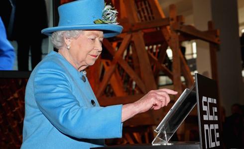 跟上潮流 英女王首發文