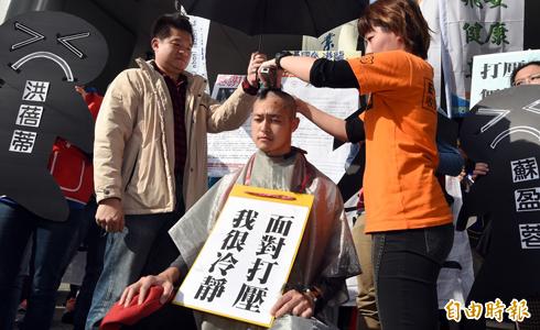 空服員遭處分 落髮抗議華航