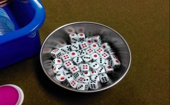 男子酒醉碰桌腳 害莊家擲骰子輸錢遭砍