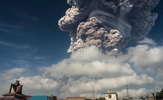 印尼火山噴發 蕈狀雲驚攀5千公尺
