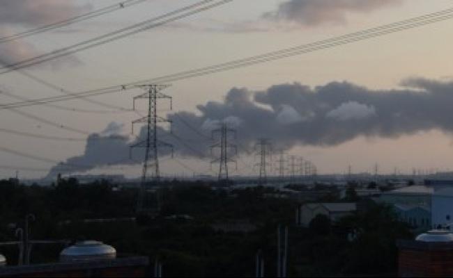 高雄塑膠工廠大火 20公里外都看得到