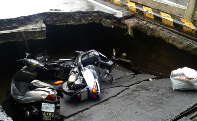 台南地下機車道塌陷 3騎士傷送醫