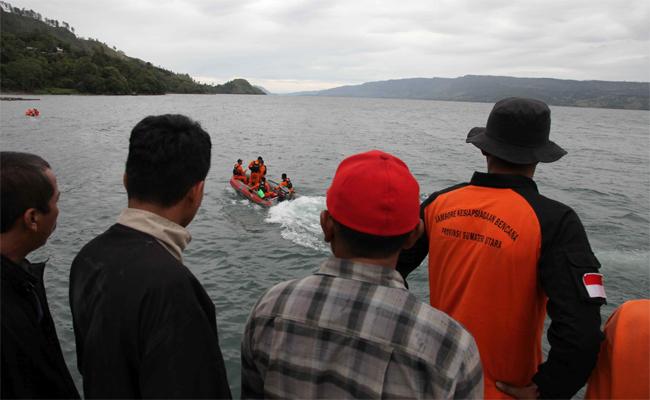 印尼驚傳渡輪沉沒 近百人未被救出