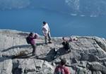 驚險!粗心父母忙拍照 任嬰兒懸崖邊爬行
