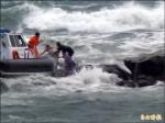 岸巡搏浪騎礁 勇救8中國漁民