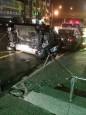 轎車衝撞警所護欄翻覆 女疑酒駕肇禍