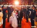 軍搭劍門 18對老夫妻披婚紗再走紅地毯