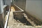 《圍牆地基掏空》3千噸泥水灌進 阿尼色弗停水停電