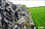 稻田旁堆塑膠垃圾 居民憂農作污染
