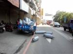 載滿瓦斯桶貨車 撞上賓士車