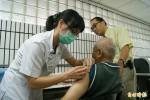 流感疫苗開打 阿公阿嬤排隊接種