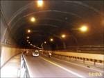 光線暗牆漆黑 過自強隧道毛毛的