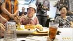 慶重陽 台南餐廳業者宴請獨老
