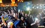 自由廣場湧萬人 吶喊香港加油