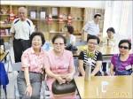 畢業60年同學會 坐輪椅也要來
