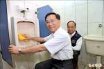 中市環局教撇步 副市長動手掃廁所