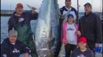 捕條大魚笑哈哈!12歲女童釣到279公斤巨鮪