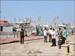 擋車石攔卸貨路 漁民蛋襲遊艇