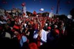 不滿政府偏袒資方 義國數萬紅衣人上街抗議