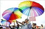 遊行爭取平權 同志擁吻相挺