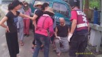 車子失控撞牆 男子捲入車底無礙