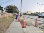 人行道紅磚破損 學童上學繞著走