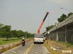 施工佔用堤外機車專用道 警開單約制