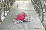 耗資近億 女兒橋觀景台堆放枕頭棉被
