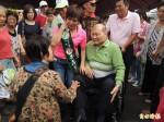 民進黨市議員黃正男 抱病坐輪椅為兒女助選