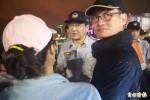 基隆海洋廣場「市民議會」開講 警察舉牌提早解散