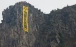 「我要真普選」布條 攻上飛鵝山峭壁