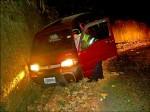 苦命婦想燒炭 半路撞車反獲救