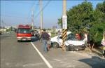開車上班撞電桿 1死1重傷