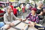 百歲嬤不服老 坐輪椅打牌爭雀后