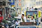 魏明谷 小英陪掃街