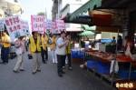 關廟區長比照選舉掃街 宣傳登革熱防疫