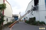 貨車纏電線 電桿斷裂砸毀工廠