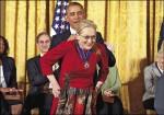 梅姨獲自由勳章 歐巴馬公開示愛