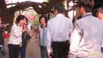 邵曉鈴廟宇參拜 先與民握手致意
