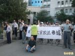 不滿文宣遭查扣 劉茗喆至投縣警局抗議