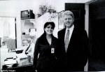 柯林頓自拍猛盯辣妹乳溝 網友虧:色性不改