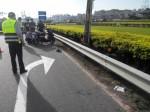 疑疲勞駕駛 男騎車載女自撞護欄受傷