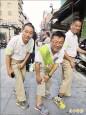 劉耀仁 跑街拜票一天20公里