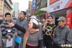 屏市中華路台銀前擬封閉 商家拉白布條抗議