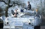 軍事迷老爸天天開「坦克」載兒上學