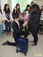 畢業前終成情侶 準新人回校求婚成功
